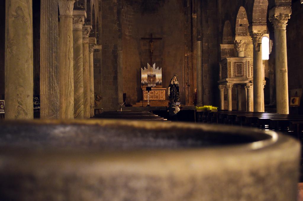 Acquasantiera Duomo di Casertavecchia